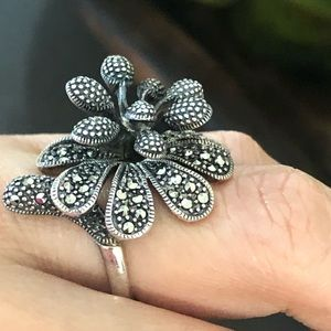 Jewelry - Beautiful flowers silver ring